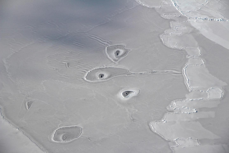 NASA ломает голову над загадкой странных дыр в ледниках Арктики.Вокруг Света. Украина