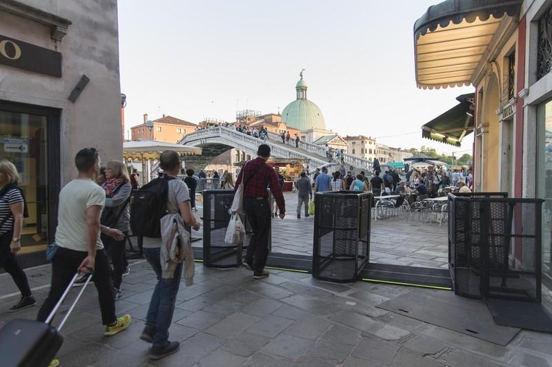 В Венеции установили ворота для ограничения потока туристов В Венеции установили ворота для ограничения потока туристов epa54294295