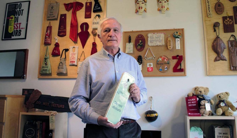 Мужчина собрал коллекцию из 15 000 знаков «Не беспокоить»