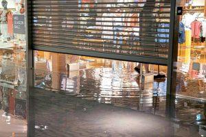 В Австрии дожди затопили дороги и магазины