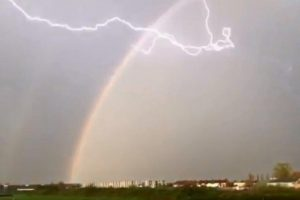 В Великобритании молния попала в радугу