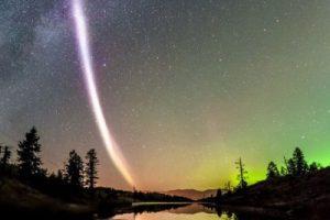 В Канаде сфотографировали фиолетовую дугу, перечеркивающую полярное сияние