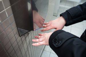 Почему нельзя пользоваться сушилкой для рук в туалете