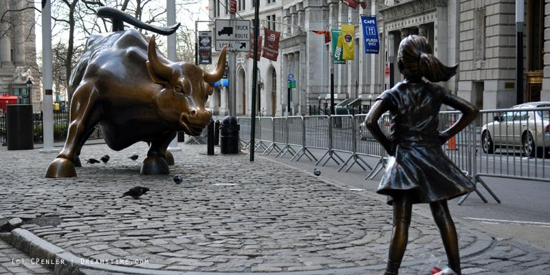 В Нью-Йорке бесстрашная девочка покидает быка