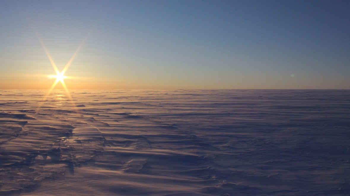 Глясеологи обнаружили незамерзающие озера под слоем льда в Канаде