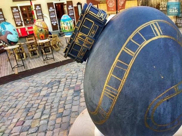 В центре Львова украли две полуметровые писанки В центре Львова украли две полуметровые писанки tramvajchik