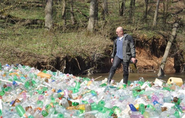 В Словакии реки заросли украинским мусором В Словакии реки заросли украинским мусором 3 4