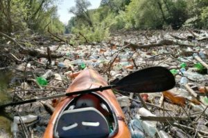В Словакии реки заросли украинским мусором