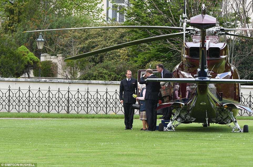 Елизавета ii прилетела к новорожденному на вертолете, с букетом полевых цветов (фото) Елизавета II прилетела к новорожденному на вертолете, с букетом полевых цветов (фото) 4BBDB35F00000578 0 The Queen is pictured stepping out of the helicopter at Kensingt a 72 1525206659657