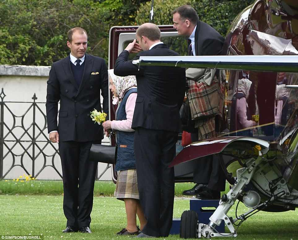 Елизавета II прилетела к новорожденному на вертолете, с букетом полевых цветов (фото)