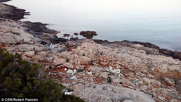 Пляжи Хорватии тонут в пластиковом мусоре (фото) Пляжи Хорватии тонут в пластиковом мусоре (фото) 4BD6519D00000578 5690321 image a 12 1525420635294