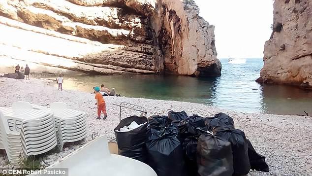 Пляжи Хорватии тонут в пластиковом мусоре (фото) Пляжи Хорватии тонут в пластиковом мусоре (фото) 4BD651A900000578 5690321 image a 4 1525420581756
