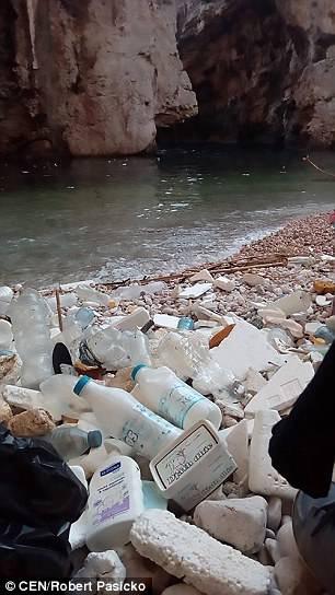 Пляжи Хорватии тонут в пластиковом мусоре (фото) Пляжи Хорватии тонут в пластиковом мусоре (фото) 4BD651B500000578 5690321 image a 10 1525420619105