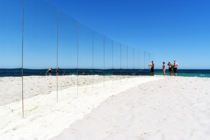 В Австралии отдыхающих окружили зеркалами 5 7