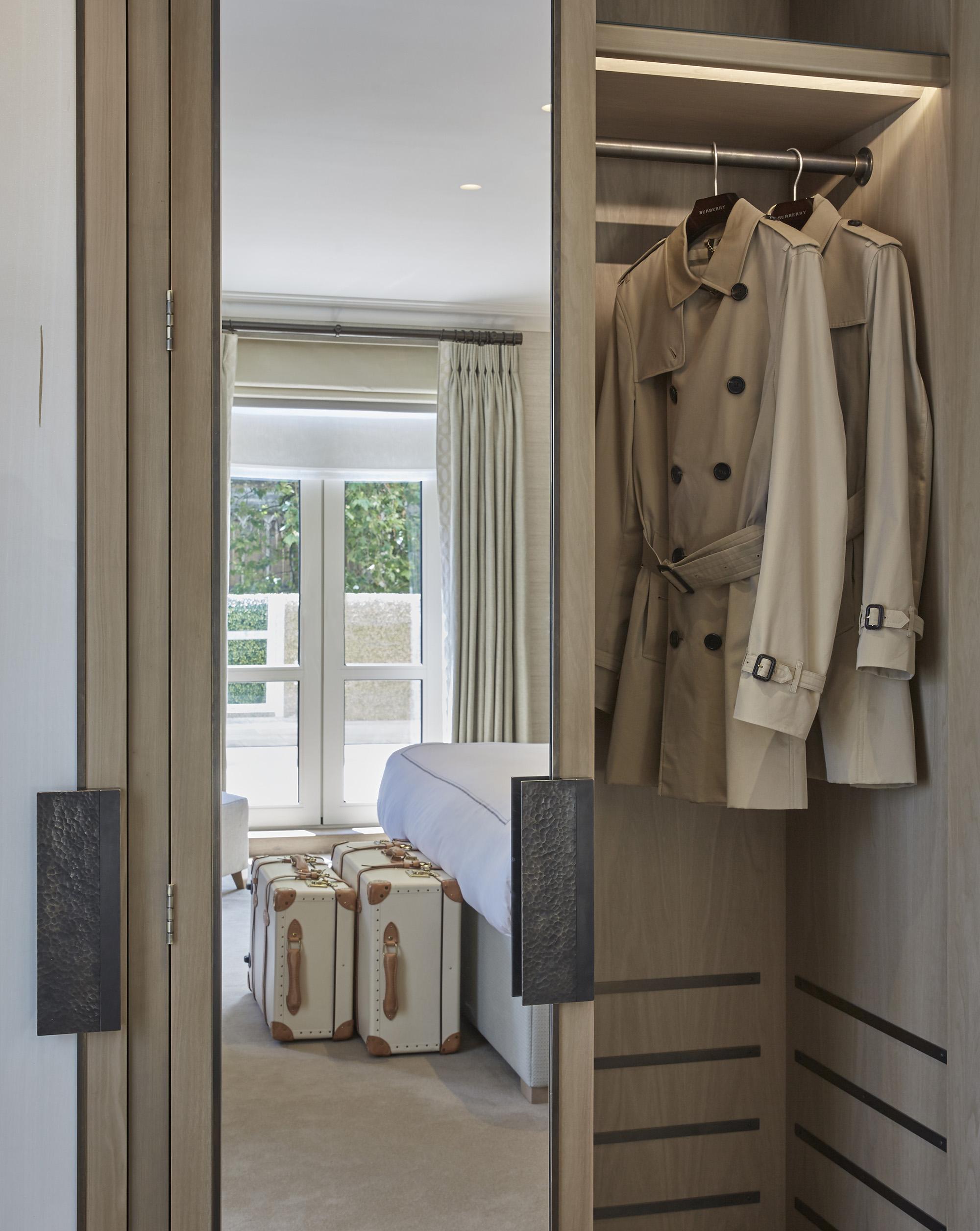 В лондонском отеле постояльцам дают поносить плащи за $1500 В лондонском отеле постояльцам дают поносить плащи за $1500 Burberry trench coat