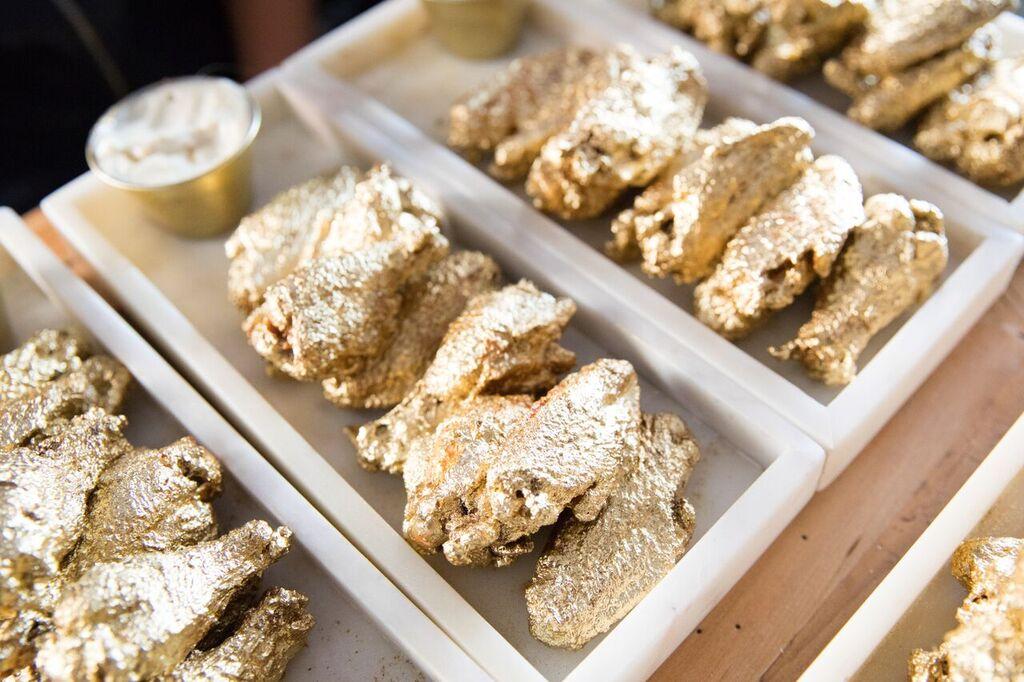 Luxary-фастфуд: куриные крылышки в золотой панировке