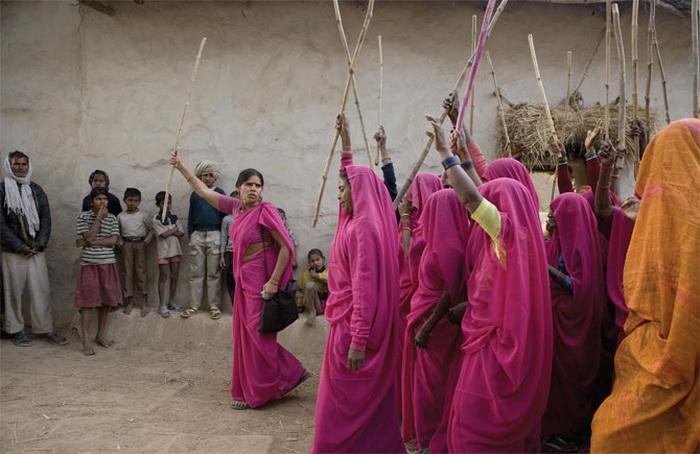 «Розовая банда» в Индии борется за справедливость «Розовая банда» в Индии борется за справедливость Gulabi Gang 2
