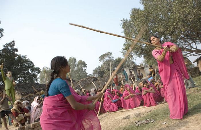 «Розовая банда» в Индии борется за справедливость «Розовая банда» в Индии борется за справедливость Gulabi Gang 3