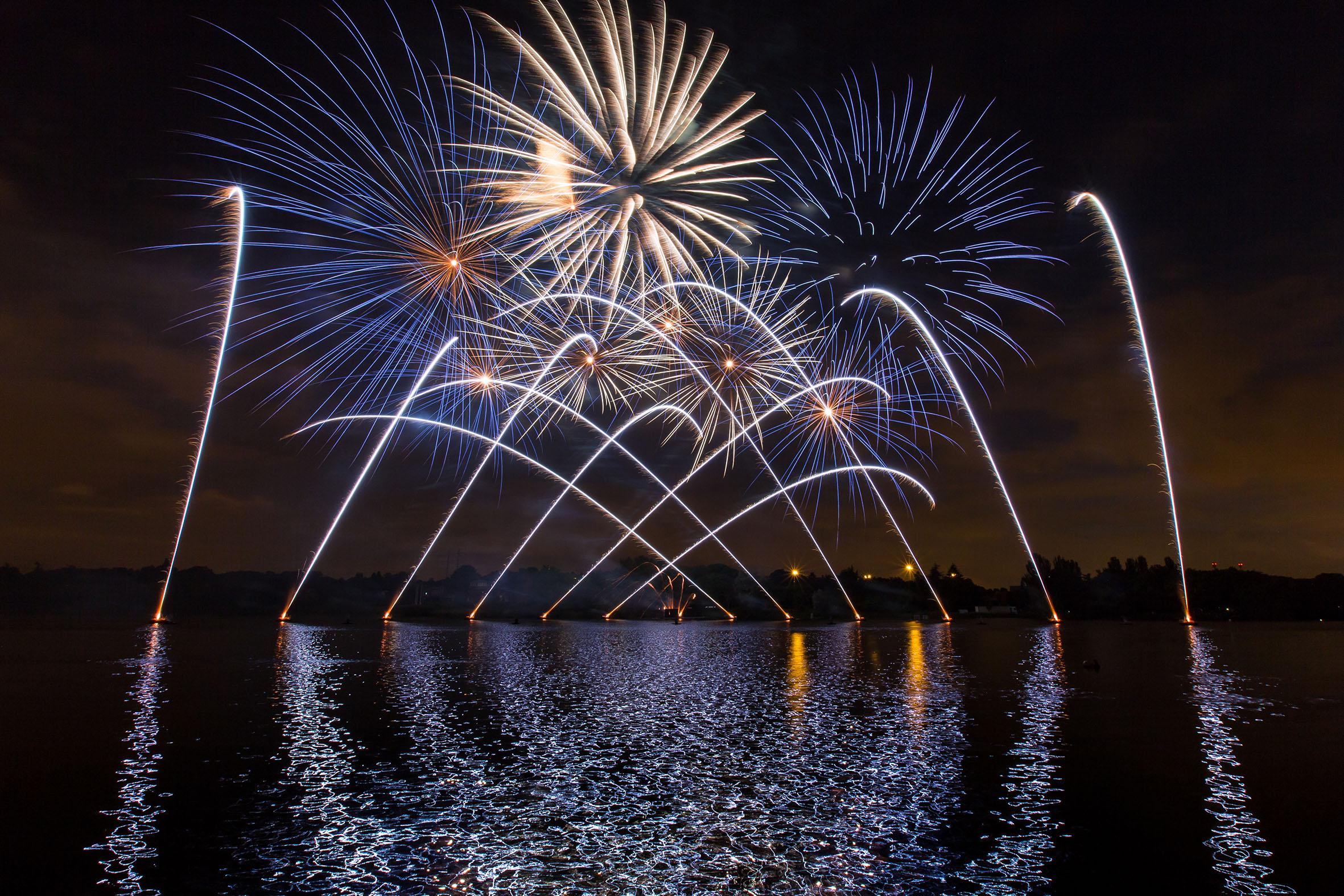 В Бордо состоится знаменитый Фестиваль вин В Бордо состоится знаменитый Фестиваль вин Pyrotechnic display Dragon Fireworks 1