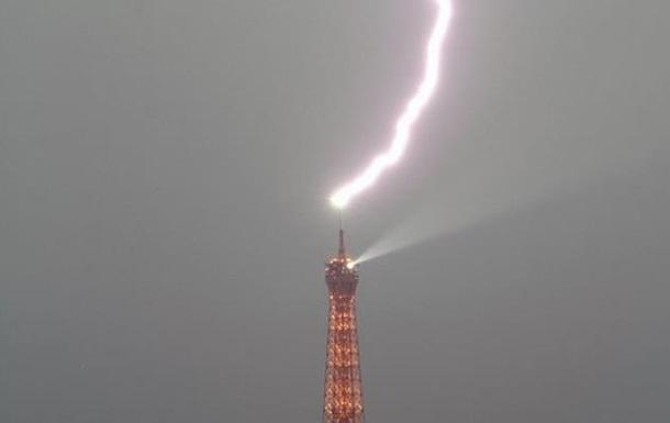В Эйфелеву башню попала молния.Вокруг Света. Украина