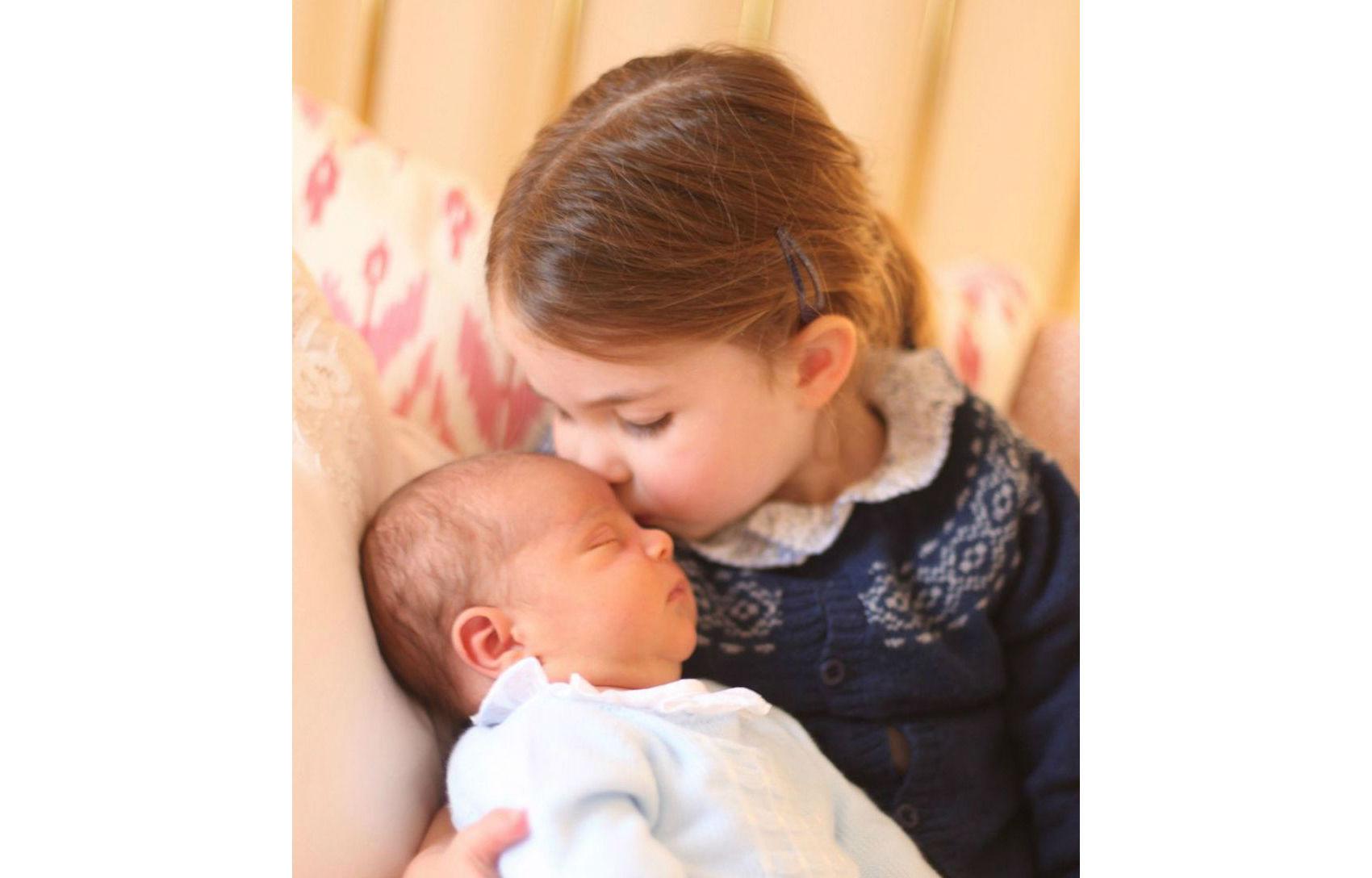 Королевская семья показала первые снимки новорожденного принца Луи