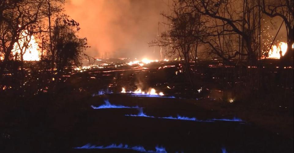 Вулкан Килауэа на Гавайях загорелся синим пламенем