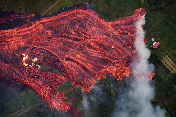 На Гавайях вулкан обрызгал мужчину