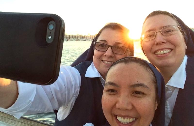 Ватикан просит монахинь меньше сидеть в соцсетях