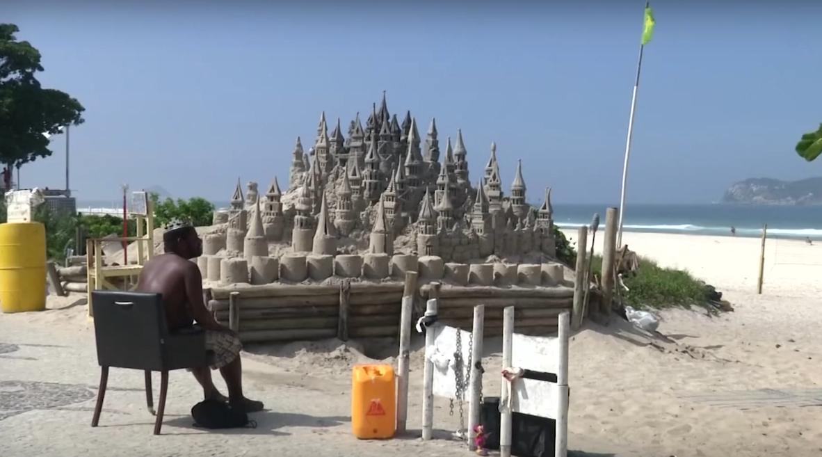 Бразилец  22 года живет в песочном замке на пляже