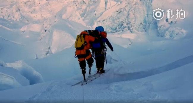 Безногий пенсионер из Китая поднялся на Эверест