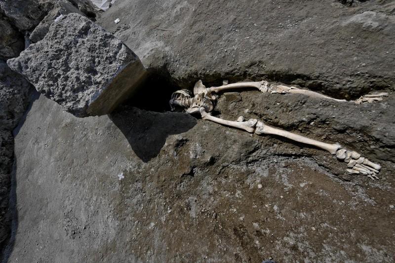 В Помпеях нашли погибшего при попытке сбежать от гнева Везувия В Помпеях нашли погибшего при попытке сбежать от гнева Везувия p 54368832
