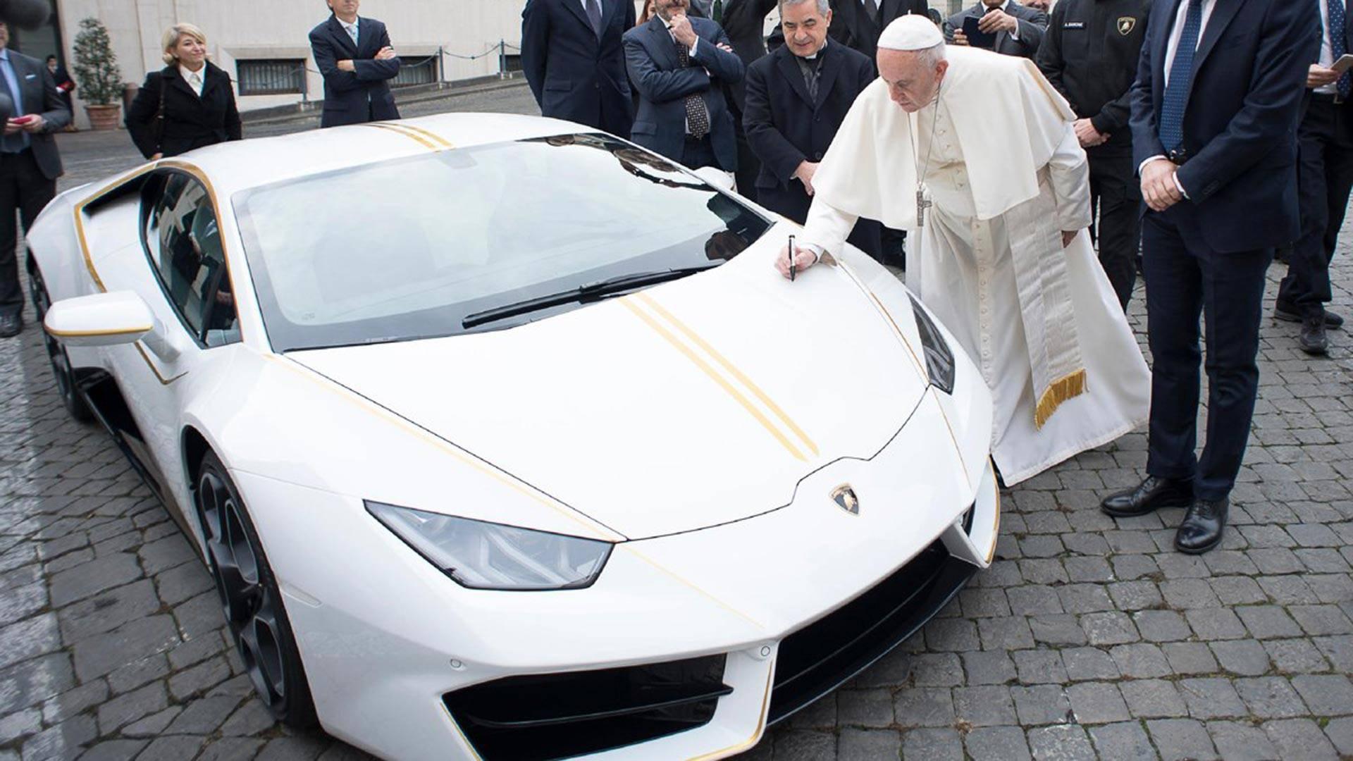 Папа Римский продал свой суперкар с автографом