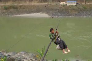 Жители китайской деревни используют зиплайн вместо моста