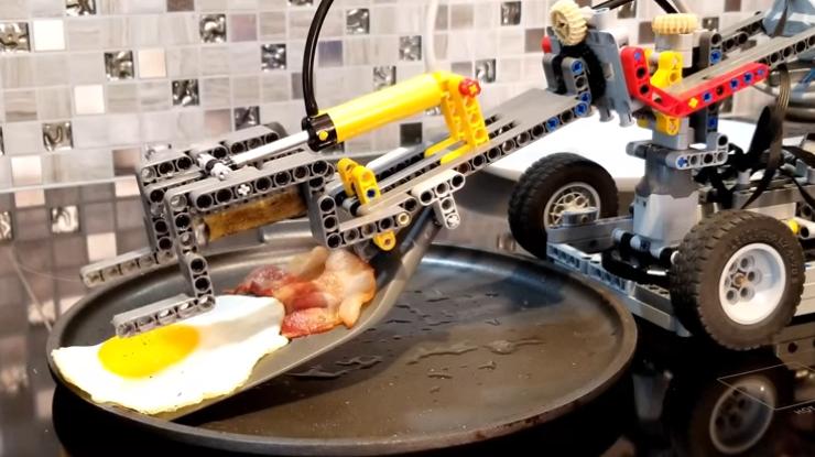 В Канаде робота научили готовить яичницу