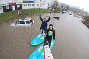 Потоп во Владивостоке привлек экстремалов