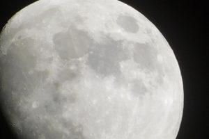 Астрогеологи нашли минерал, указывающий на воду в недрах Луны
