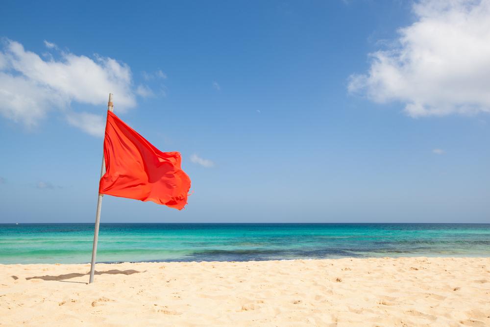 Флаги на пляже: зачем нужны и что означают Флаги на пляже: зачем нужны и что означают shutterstock 199871807