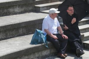 В Польше священники ходят к неверующим на свидание