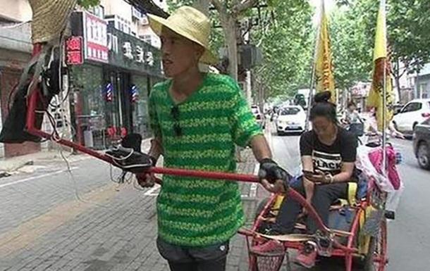 Китаец больше месяца вез девушку на море в тележке