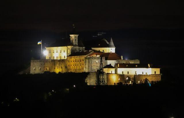 В легендарный Мукачевский замок провели иллюминацию.Вокруг Света. Украина