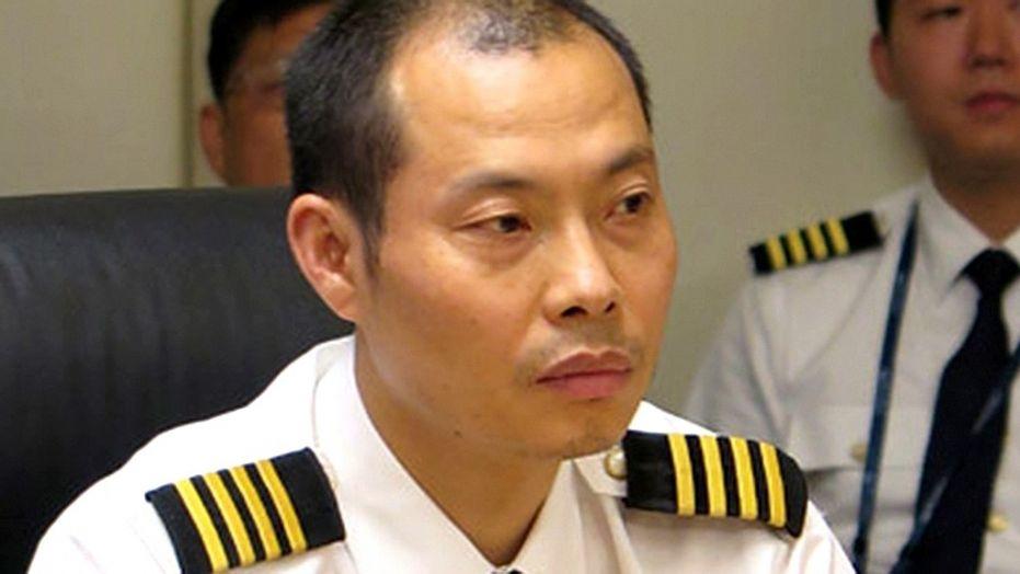 Командир посадил самолет с застрявшим в ветровом стекле вторым пилотом