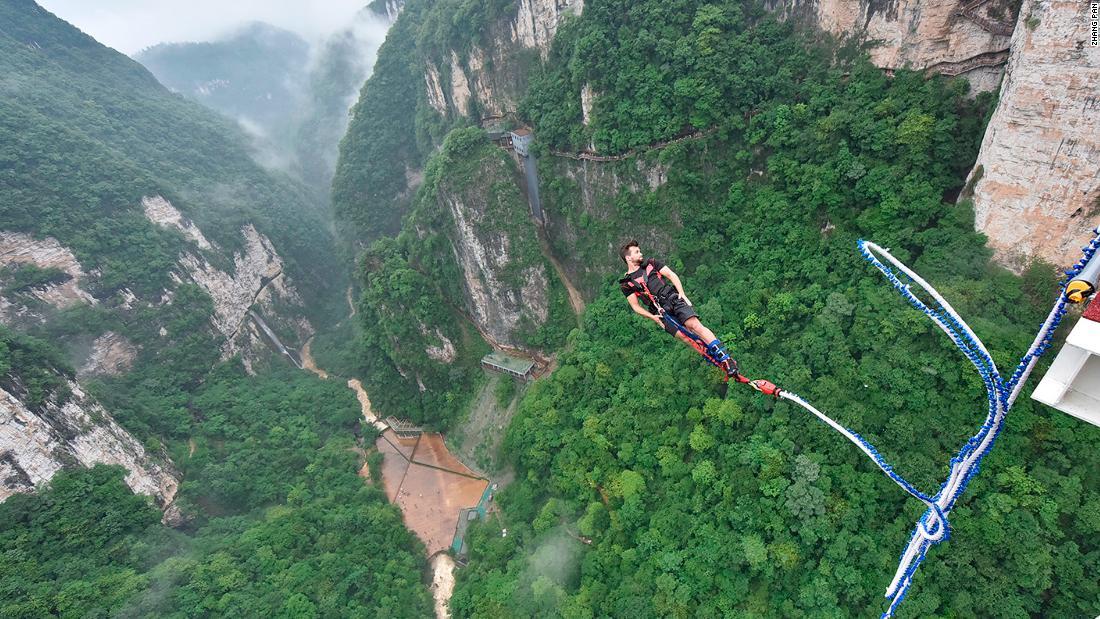 На стеклянном мосту в Китае появится банджи-джампинг (видео) На стеклянном мосту в Китае появится банджи-джампинг (видео) 180607130736 zhangjiajie grand canyon glass bridge bungee jump 1737725654 super tease