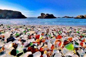 Стеклянный пляж в США - рукотворное