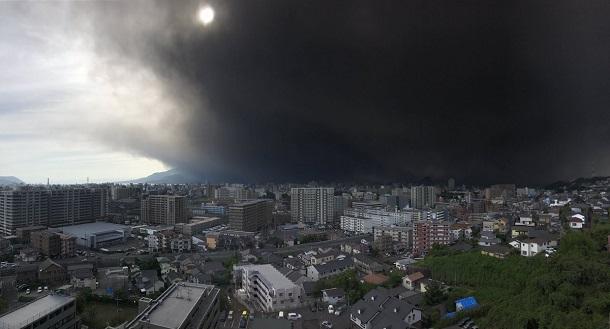 Японский остров Кюсю  засыпало пеплом Японский остров Кюсю  засыпало пеплом 4 7