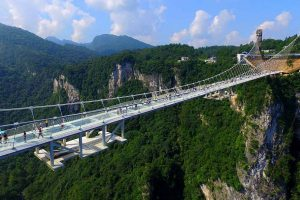 На стеклянном мосту в Китае появится банджи-джампинг (видео)