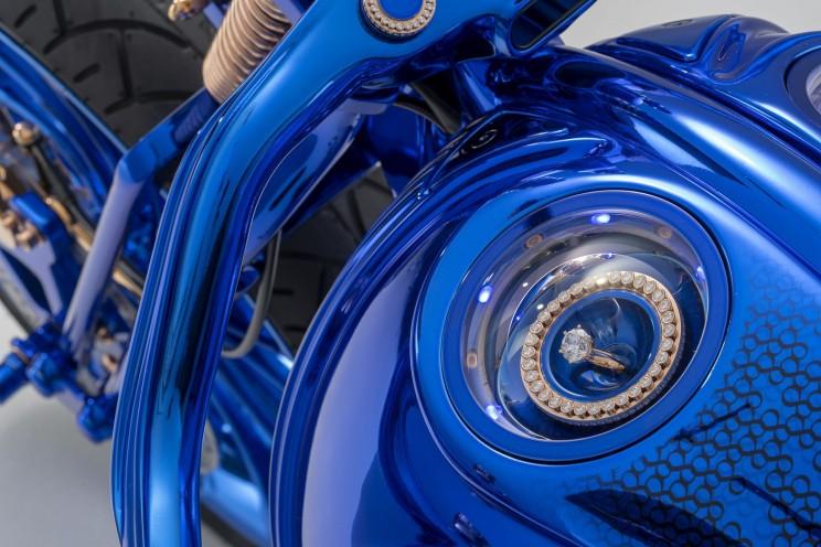 Самый дорогой мотоцикл в мире идет в комплекте с бриллиантовым кольцом и часами Самый дорогой мотоцикл в мире идет в комплекте с бриллиантовым кольцом и часами Blue Edition  6 resize md