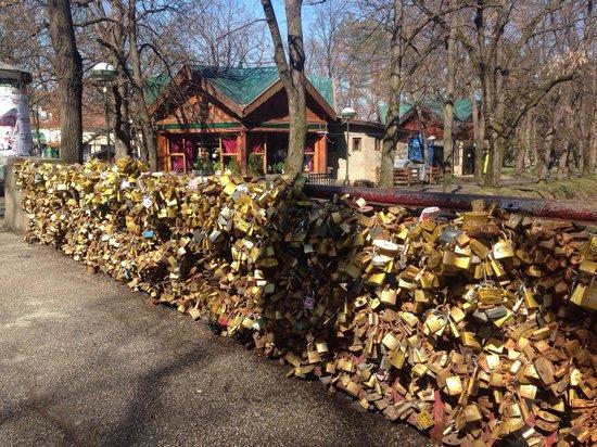 Кто придумал вешать замки любви на мостах? Кто придумал вешать замки любви на мостах? bridge of love