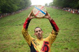 В Великобритании прошла Куперсхилдская сырная гонка