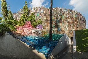 Из 5 000 потерянных вьетнамок на Бали собрали арт-объект (видео)