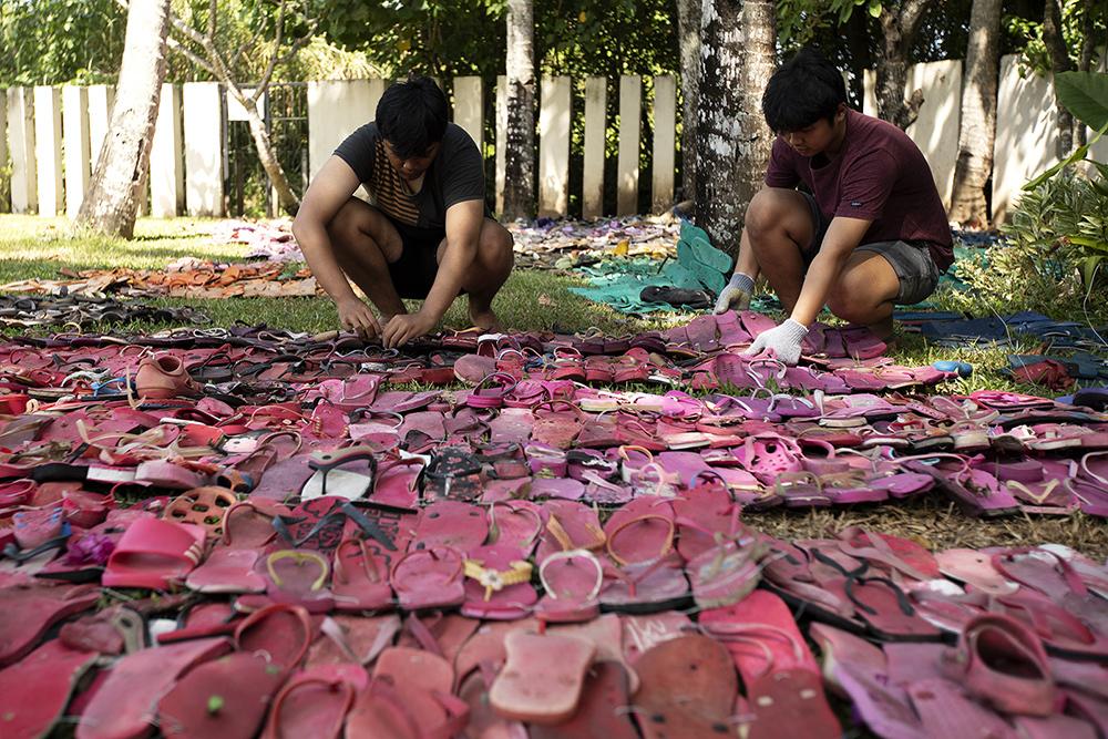 Из 5 000 потерянных вьетнамок на Бали собрали арт-объект (видео) Из 5 000 потерянных вьетнамок на Бали собрали арт-объект (видео) gallery AG9A1269 1